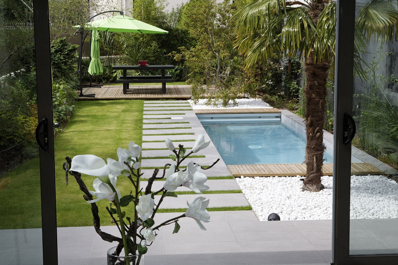 Backyard With Contemporary Small Swimming Pool Design