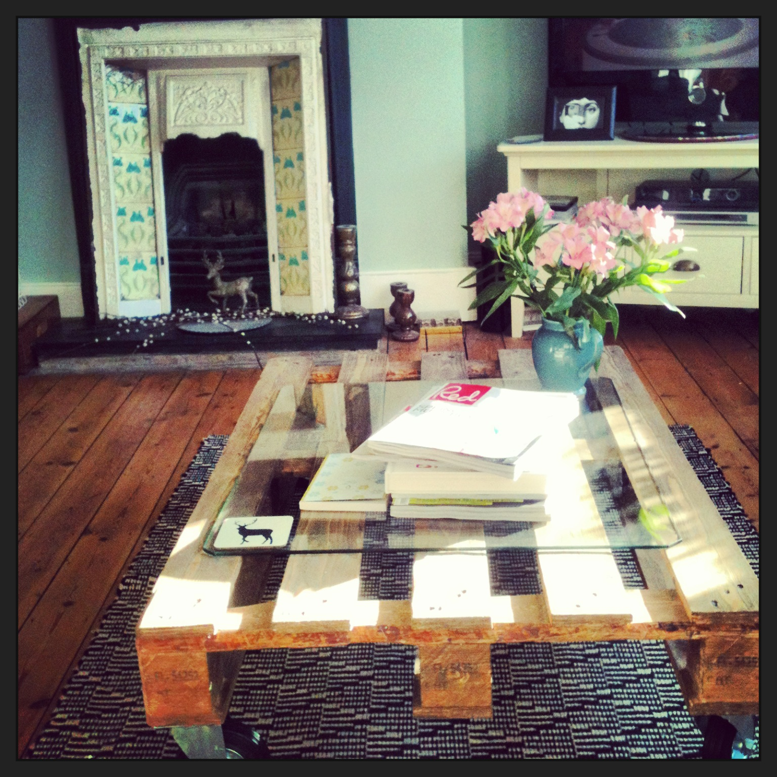 How to make a pallet coffee table with glass top